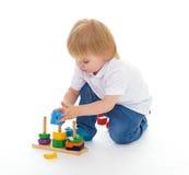 Weinig jongen in het klaslokaal bij Montessori-milieu. Royalty-vrije Stock Foto's
