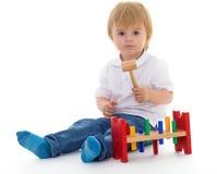 Weinig jongen in het klaslokaal bij Montessori-milieu. Royalty-vrije Stock Afbeeldingen