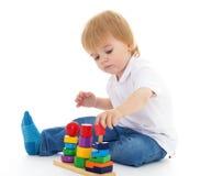 Weinig jongen in het klaslokaal bij Montessori-milieu. Stock Foto