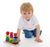 Weinig jongen in het klaslokaal bij Montessori-milieu. Stock Afbeelding