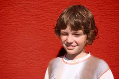 Weinig jongen het knipperen royalty-vrije stock fotografie