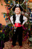 Weinig jongen in het kostuum van piraat Stock Foto