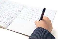 Weinig jongen het lerende schrijvende Engels Stock Foto's
