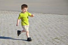 Weinig jongen het lopen Royalty-vrije Stock Foto's