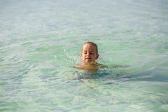Weinig jongen in het overzees in Thailand royalty-vrije stock fotografie
