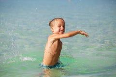 Weinig jongen in het overzees in Thailand stock foto