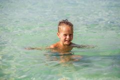 Weinig jongen in het overzees in Thailand stock afbeeldingen