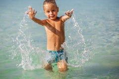 Weinig jongen in het overzees in Thailand stock foto's