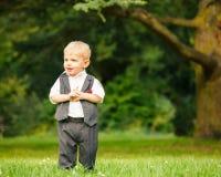 Weinig jongen in het park Royalty-vrije Stock Foto's