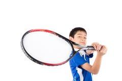 Weinig jongen het spelen tennisracket en tennisbal ter beschikking stock afbeelding