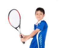 Weinig jongen het spelen tennisracket en tennisbal ter beschikking stock foto's