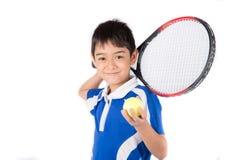 Weinig jongen het spelen tennisracket en tennisbal ter beschikking stock afbeeldingen