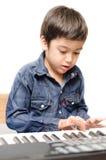 Weinig jongen het spelen toetsenbord stock foto's