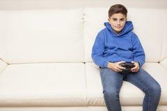 Weinig jongen het spelen videospelletje Stock Afbeelding