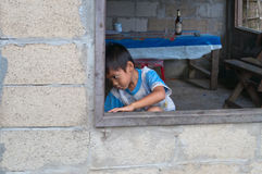Weinig jongen in het venster. Vang Vieng. Laos. Stock Foto