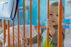 Weinig jongen in het ziekenhuisbed royalty-vrije stock afbeelding