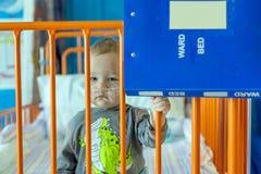 Weinig jongen in het ziekenhuisbed stock afbeelding