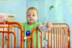 Weinig jongen in het ziekenhuisbed stock fotografie