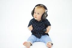 Weinig jongen in hoofdtelefoons royalty-vrije stock afbeelding