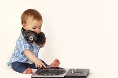 Weinig jongen in hoofdtelefoons met afstandsbediening Royalty-vrije Stock Foto's
