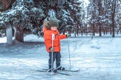 Weinig jongen is 3-4 jaar oud, de winter op de skis van kinderen, eerste stappenskis, actief beeld van kinderen Achtergrondsneeuw stock afbeeldingen