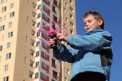 Weinig jongen in jasjespelen met roze propeller Royalty-vrije Stock Foto's