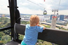 Weinig jongen in kabelwagen, Singapore royalty-vrije stock foto