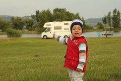 Weinig jongen in kamp Stock Fotografie