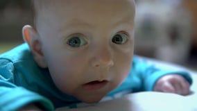 Weinig jongen kijkt rond met nieuwsgierigheid stock footage