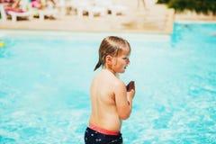 Weinig jongen klaar om in zwembad te duiken Stock Afbeeldingen