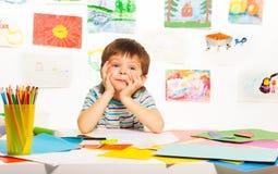 Weinig jongen in klasse Stock Afbeelding