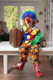 Weinig jongen kleedde zich als clown stock afbeeldingen