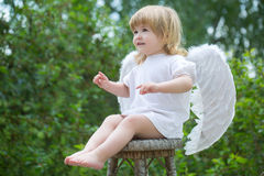 Weinig jongen kleedde zich als engel Stock Fotografie