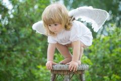 Weinig jongen kleedde zich als engel Stock Afbeelding