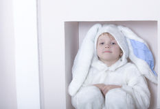 Weinig jongen kleedde zich als konijn Stock Foto