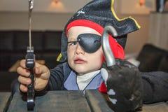 Weinig jongen kleedde zich als piraat stock foto's