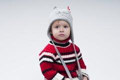 Weinig jongen kleedde zich in de winterkleren Stock Afbeeldingen