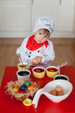 Weinig jongen, kleurende eieren voor Pasen Royalty-vrije Stock Afbeelding