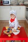 Weinig jongen, kleurende eieren voor Pasen Royalty-vrije Stock Afbeeldingen