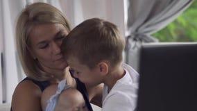 Weinig jongen koestert moeder en babyzuster stock video