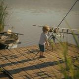 Weinig jongen leert om vissen in meer of rivier te vangen royalty-vrije stock fotografie