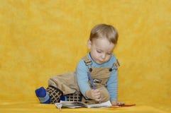 Weinig jongen leert verf Royalty-vrije Stock Afbeeldingen