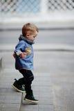 Weinig jongen loopt alleen op trap Royalty-vrije Stock Afbeelding