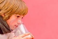 Weinig jongen maakt inhalatie die thuis, medicijn nemen aan luchtpijptakken buis Royalty-vrije Stock Afbeelding