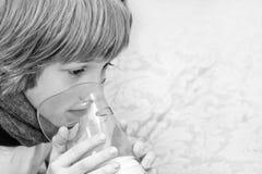 Weinig jongen maakt inhalatie die thuis, medicijn nemen aan luchtpijptakken buis Royalty-vrije Stock Foto's