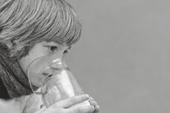 Weinig jongen maakt inhalatie die thuis, medicijn nemen aan luchtpijptakken buis Stock Foto's