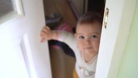 Weinig jongen maakt verstandkleren in huis knoeien Spontane levensstijlmening stock video