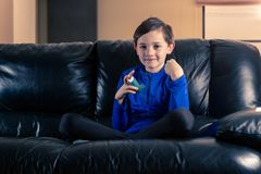 Weinig jongen met astmainhaleertoestel royalty-vrije stock afbeeldingen