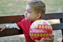 Weinig jongen met bal Stock Foto's