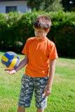 Weinig jongen met bal Stock Foto